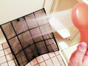 浴室でシャワーをかけて水洗い
