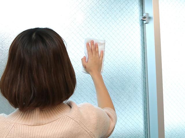 アルカリ電解水を水拭きタオルにシュッシュッと5回ほど噴霧して、タオルの一面全体に染み込むようにスプレーします。