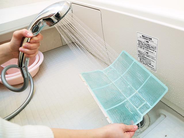 ④ Промойте фильтр водой сзади