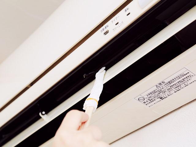 Протрите внутреннюю поверхность розетки чистящей палочкой