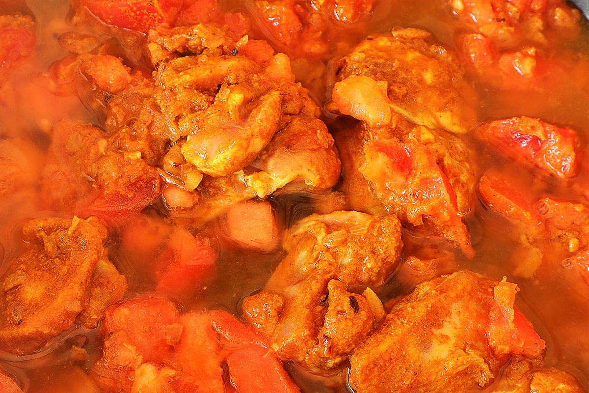 トマトと水200ml、コンソメスープの素を加えて10分加熱する