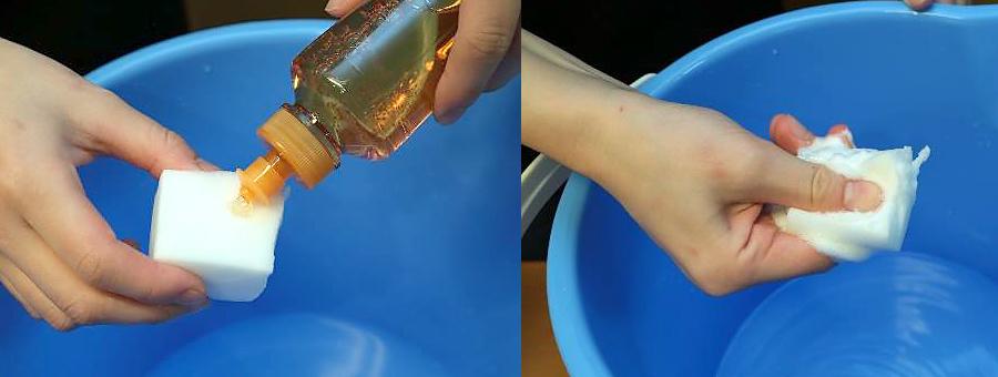 メラミンスポンジに中性洗剤をつける